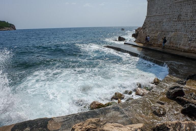 Wellen brechen auf Stein Sehenswürdigkeiten Dubrovnik
