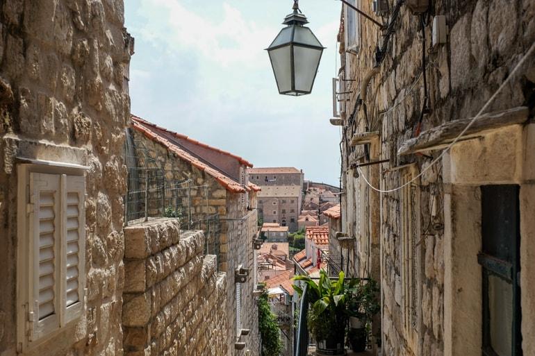 Straßenlaterne in Gasse über Altstadt Dubrovnik Kroatien