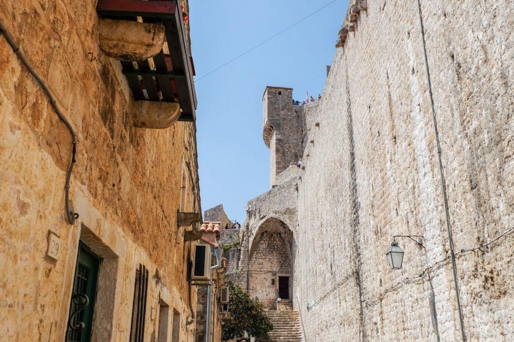 Stadtmauer aus Sandstein und Turm in Dubrovnik Kroatien