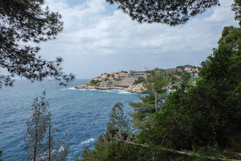 Hotel und Klippen an Küste Dubrovnik Kroatien