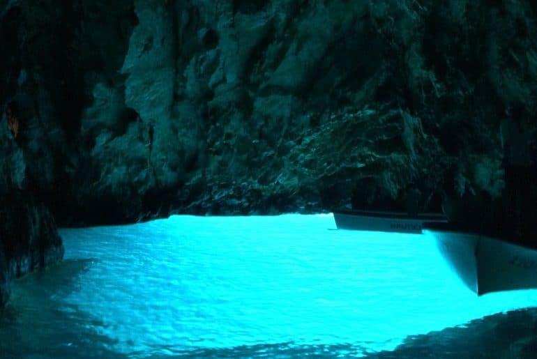 Blaues Wasser in Höhle Blaue Grotte Kroatien Sehenswürdigkeiten
