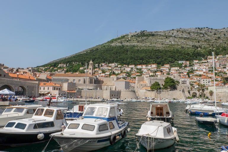 Fischerboote im Wasser Hafen Altstadt Dubrovnik Kroatien
