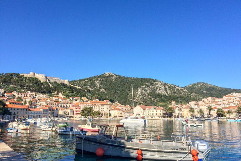 Boot im Hafen von Hvar Kroatien Attraktionen