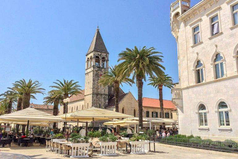 Kirchturm mit Cafe im Vordergrund Trogir Kroatien Sehenswürdigkeiten