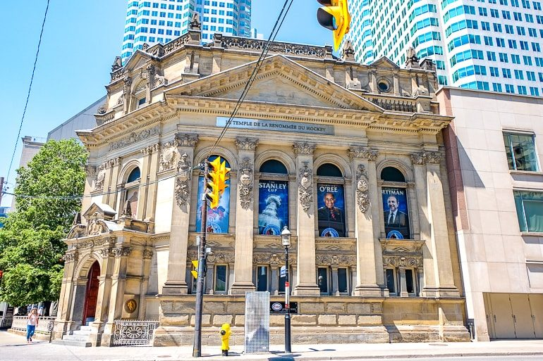 Altes Gebäude an Straßenecke in Toronto Hockey Hall of Fame