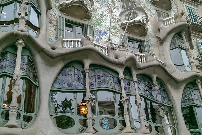 Fasade der Casa Batllo Rundungen Gaudi Barcelona