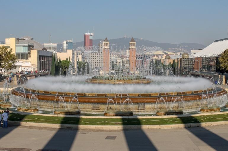 Runder Brunnen mit Gebäuden im Hintergrund Sehenswürdigkeiten Barcelona