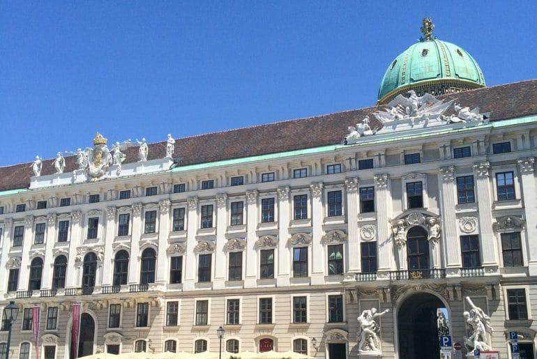 Eingang der Hofburg mit grünem Dach Sehenswürdigkeiten Wien
