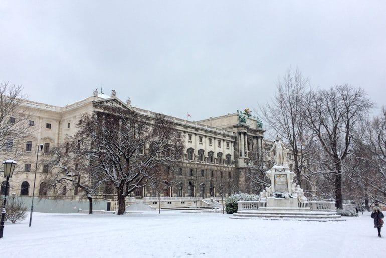 Altes Gebäude mit Bäumen und Garten Sehenswürdigkeiten Wien