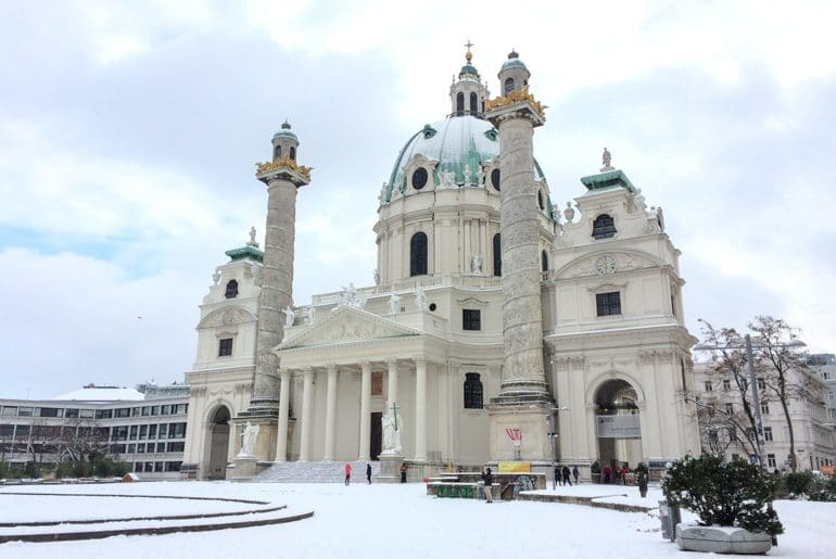 Kirche mit grünem Dach und Schnee Wien Sehenswürdigkeiten