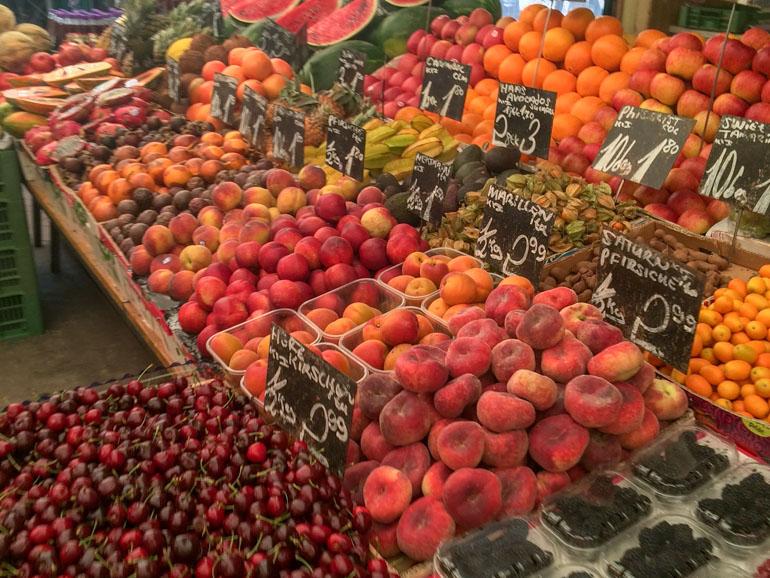 Obst bei Stand im Naschmarkt Wien Österreich