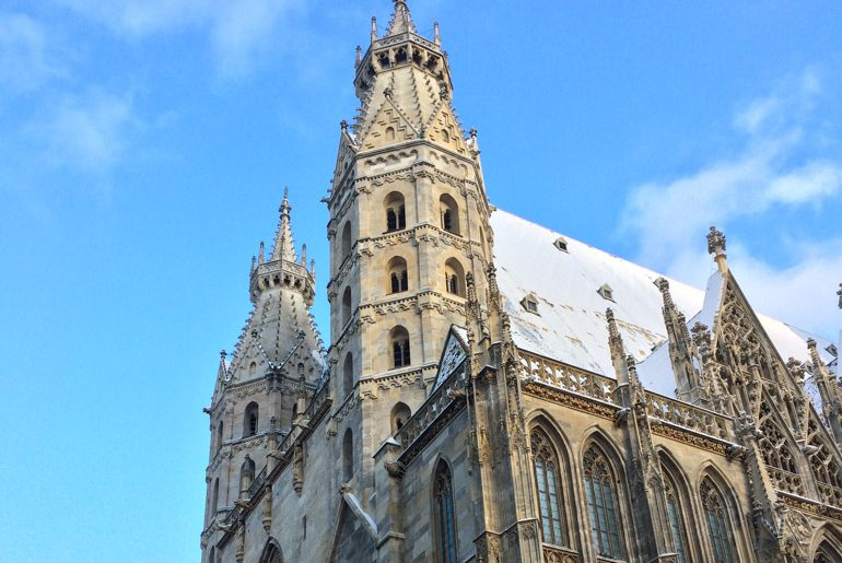 Türme des Stephansdoms mit blauem Himmel Wien Sehenswürdigkeiten