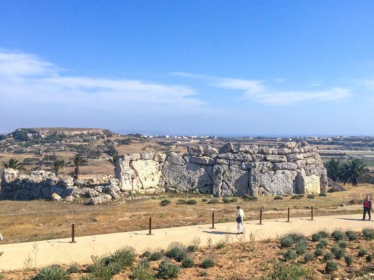 Steitempel und Gehweg auf Gozo Xaghra