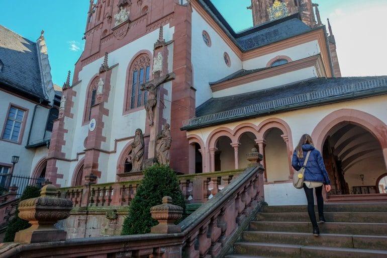 Frau steigt Treffen hinauf zu Kirche Basilika Aschaffenburg