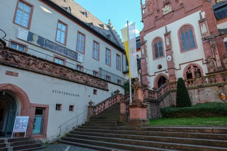Steintreppe von Kirche und Museum Sehenswürdigkeiten Aschaffenburg
