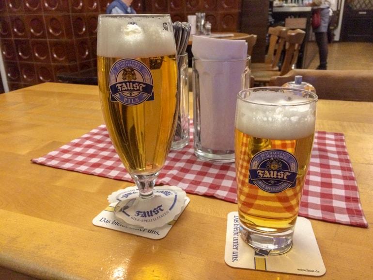 Zwei Biet auf Holztisch Restaurant Aschaffenburg
