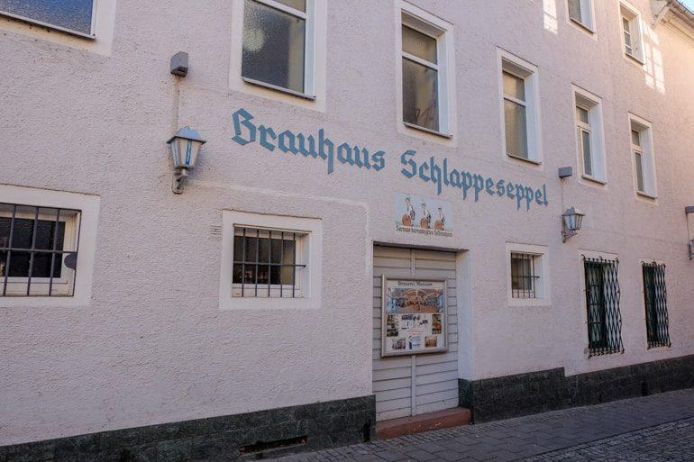 Rosafarbene Wand mit Schrift Brauhaus Schlappeseppel Aschaffenburg