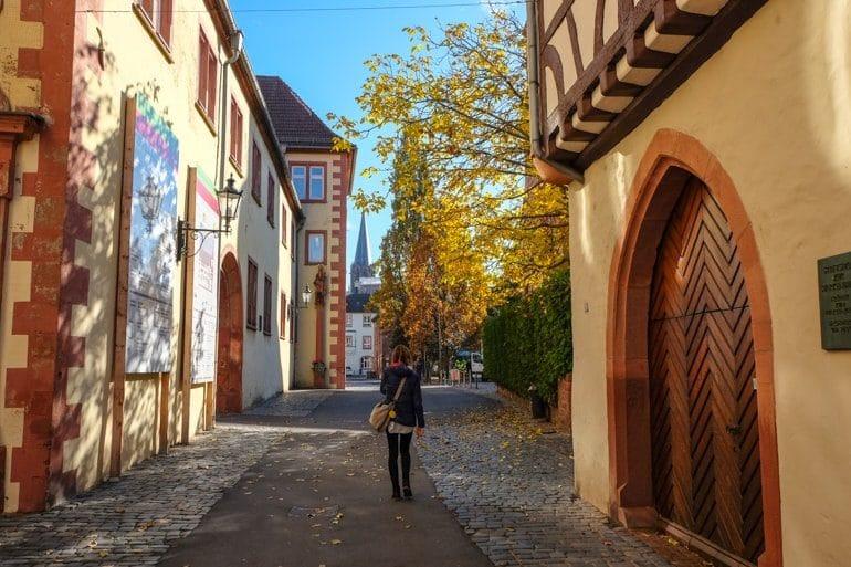 Frau läuft durch bunte Altstadt mit Fachwerkhäusern Aschaffenburg Sehenswürdigkeiten