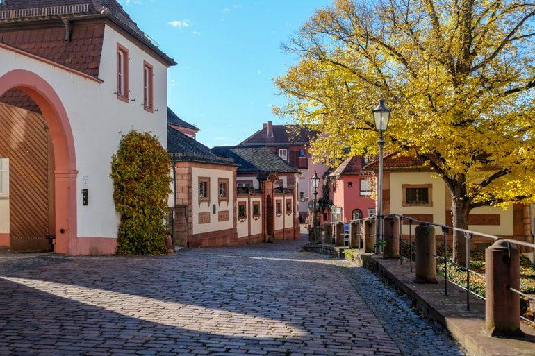 Altstadt mit Kopfsteinpflaster und bunten Gebäuden Aschaffenburg Bayern