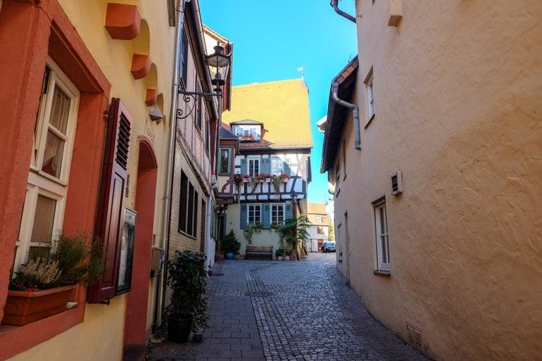 Fränkische Altstadt mit Fachwerkhäusern und Kopfsteinpflaster Aschaffenburg