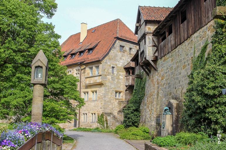 Weg mit alten Gebäuden und grünen Bäumen Schöne Städte Deutschland Coburg