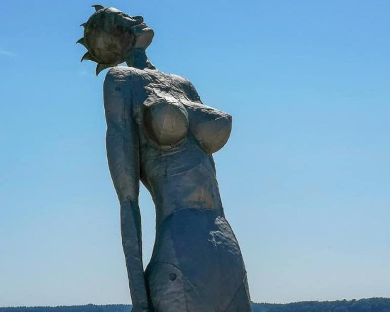 Skulptur aus Metall Sonnenanbeterin mit blauem Himmel