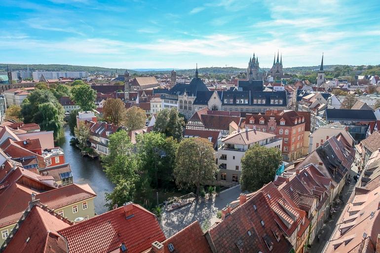 Blick auf Dächer von Erfurt mit blauem Himmel schöne Städte Deutschland