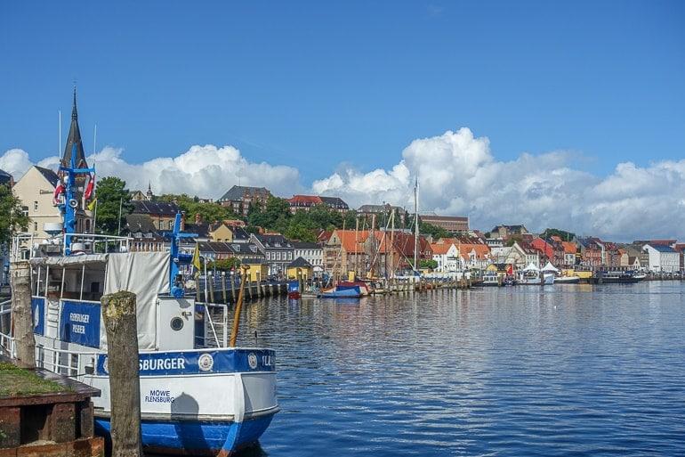 Boote im Hafen mit Häusern im Hintergrund Flensburg schöne Städte Deutschland