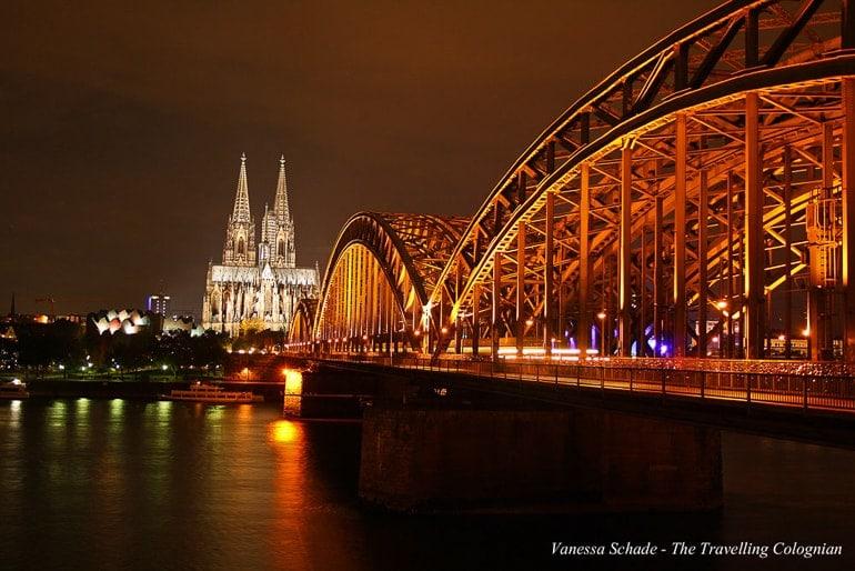 Kölner Dom, Brücke und Fluss bei Nacht
