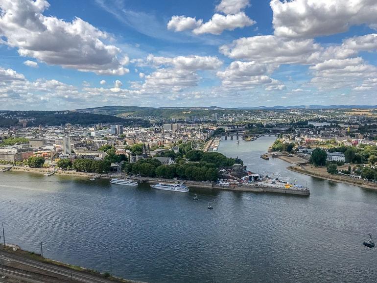 Blick auf Wasser mit Koblenz in der Ferne schöne Städte Deutschland
