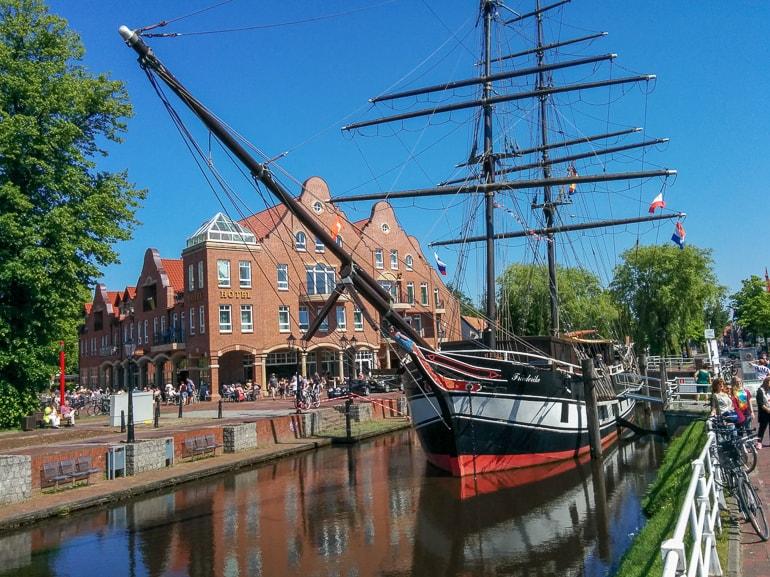 Schiff mit Masten und Häusern im Hintergrund Papenburg schöne Städte Deutschland