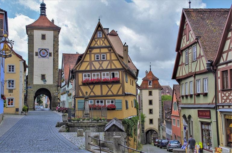 Bunte Fachwerkhäuser und Kopfsteinpflaster Rothenburg ob der Tauber schöne Städte Deutschland