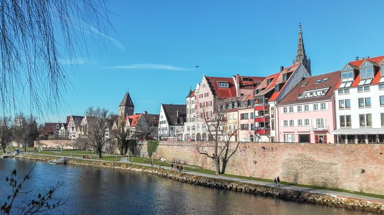 Blick auf Ulmer Altstadt mit Fluss und blauem Himmel schöne Städte