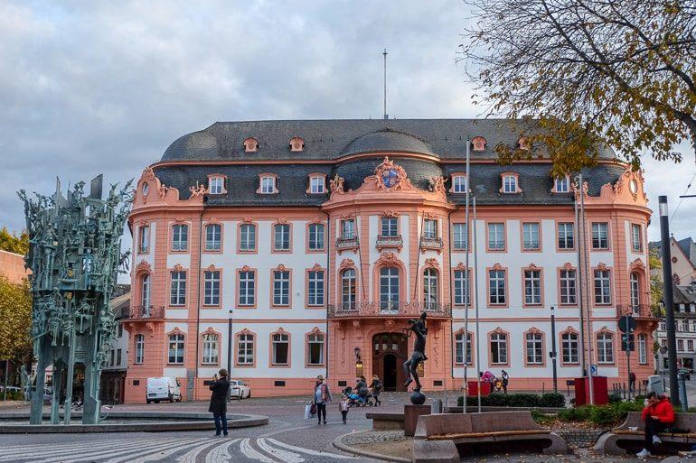Großer Brunnen auf Schillerplatz Mainz mit Metallskulpturen Sehenswürdigkeit