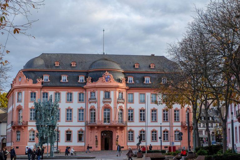 Altes buntes Gebäude auf Schillerplatz in Mainz Sehenswürdigkeiten