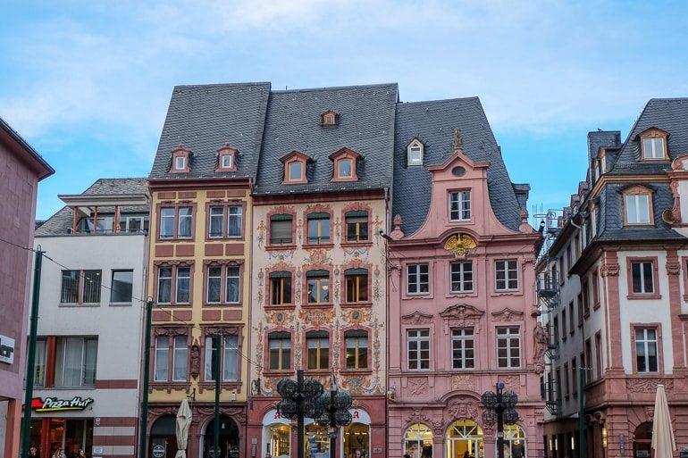Alte bunte Gebäude auf dem Marktplatz in Mainz
