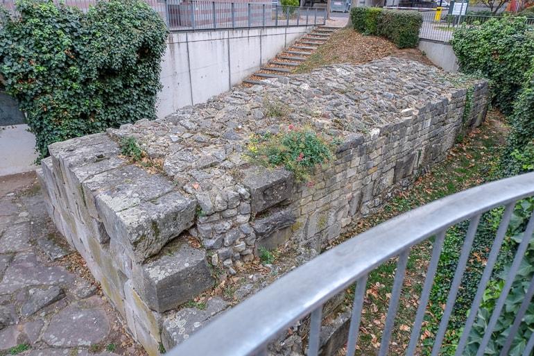 Alte römische Steinmauer mit Zaun herum Mainz Sehenswürdigkeit
