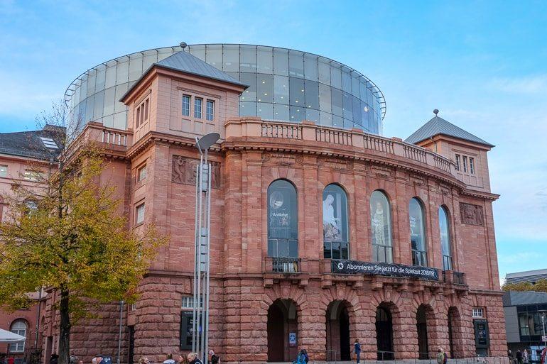 Rundes rotes Gebäude Staatstheater Mainz
