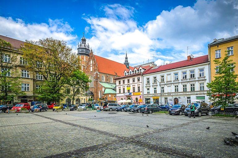 Bunte Gebäude um öffentlichen Platz in Krakau