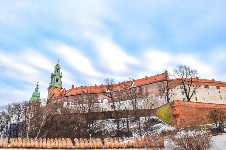 Schloss Wawel mit Schnee und blauem Himmel Übernachten Krakau