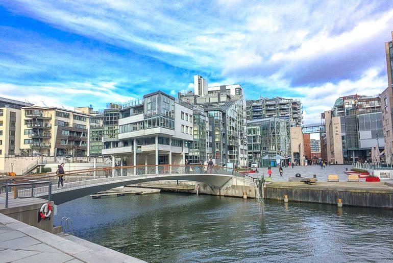 Metall und Gehweg mit modernen Gebäuden Aker Brygge Oslo