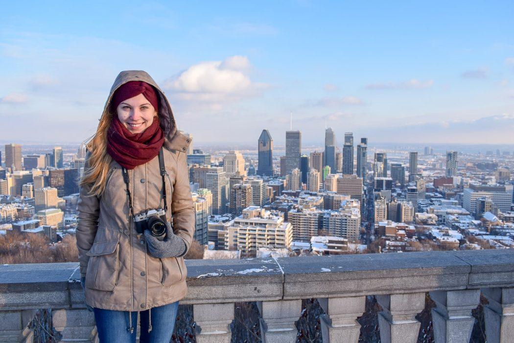 Frau in Winterjacke in Montreal Kanada Packliste