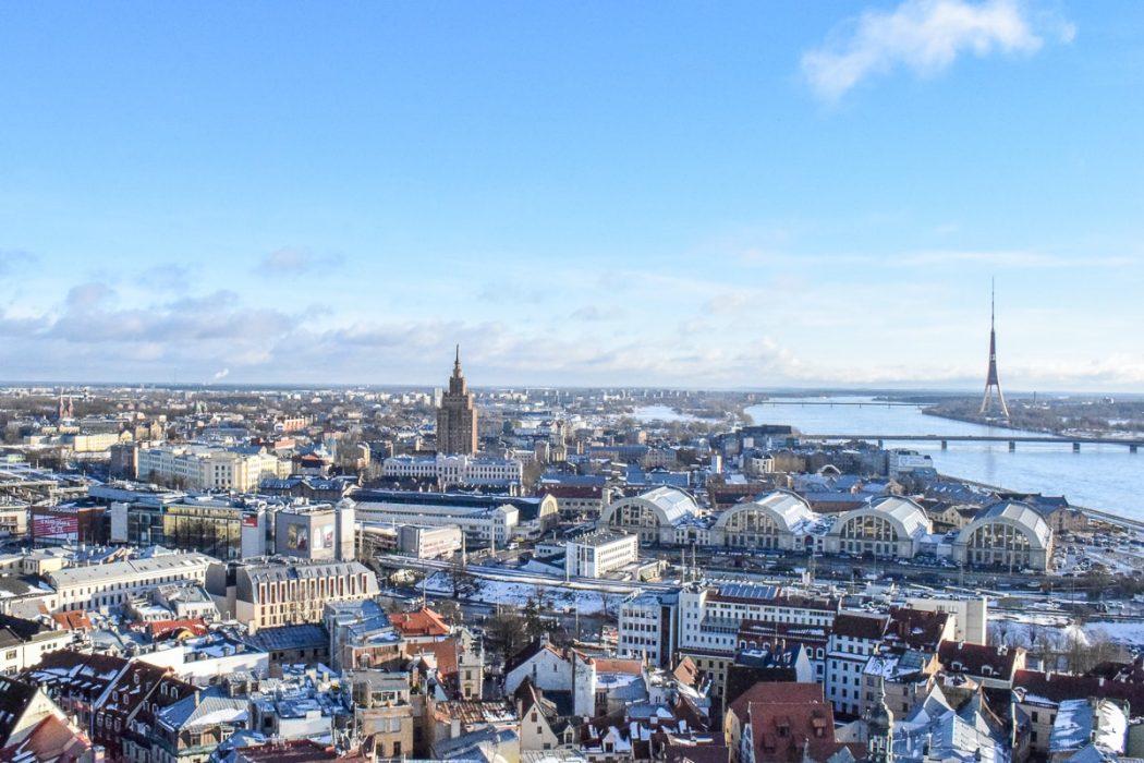 Blick auf Bushaltestelle und Innenstadt von oben in Riga