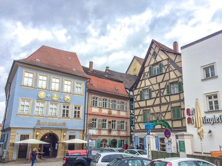Bunte Gebäude und Autos Alte Brauerei Bamberg Altstadt