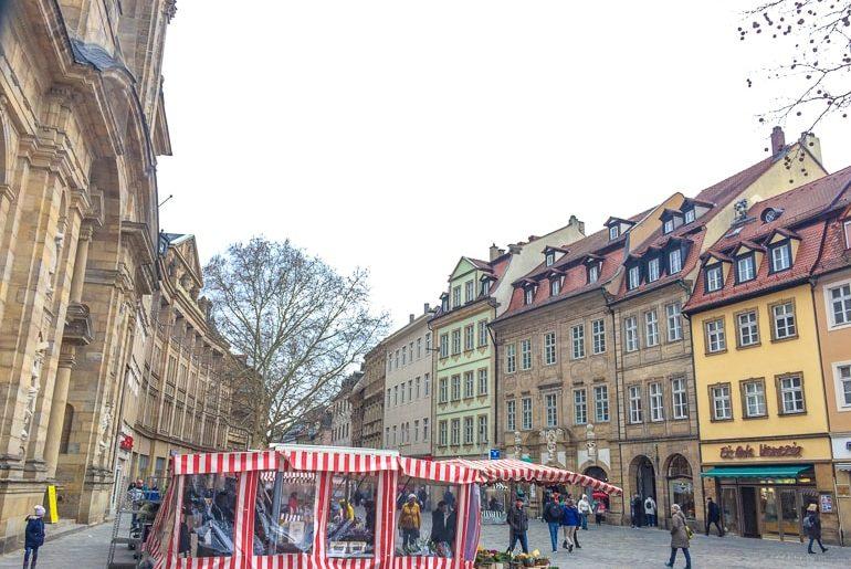 Bunte Gebäude mit Marktstand Bamberg