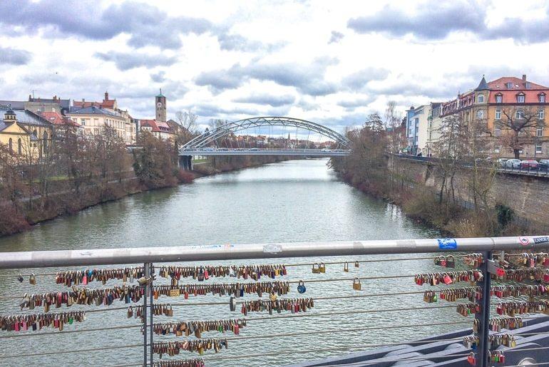 Brücke mit Liebesschlössern über Fluss Bamberg Deutschland