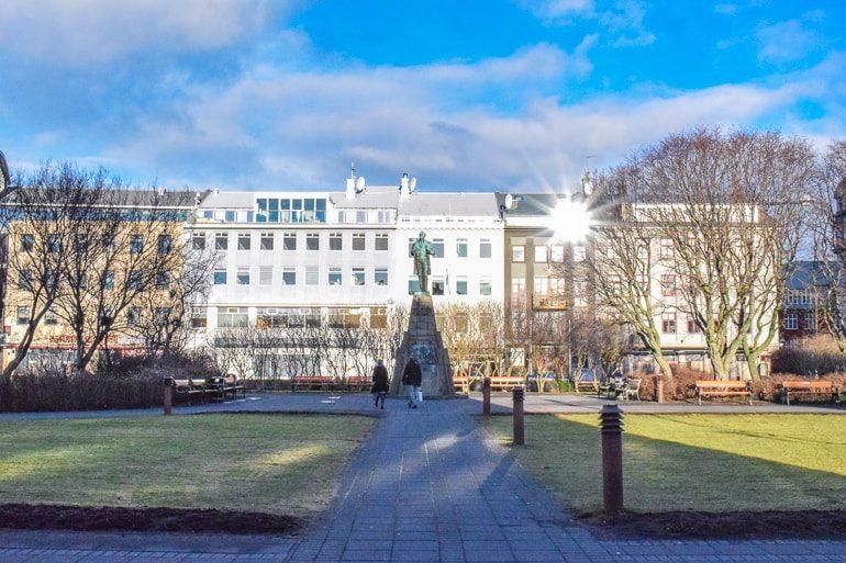 Platz im Stadtzentrum mit Gras und Statue bei Tageslicht Unterkunft Reykjavik Island