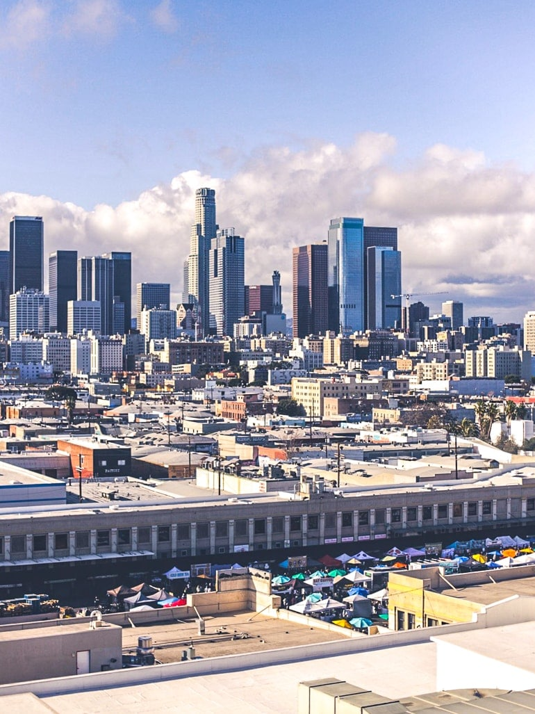 open-air Markt mit Wolkenkratzern im Hintergrund Attraktionen in Los Angeles