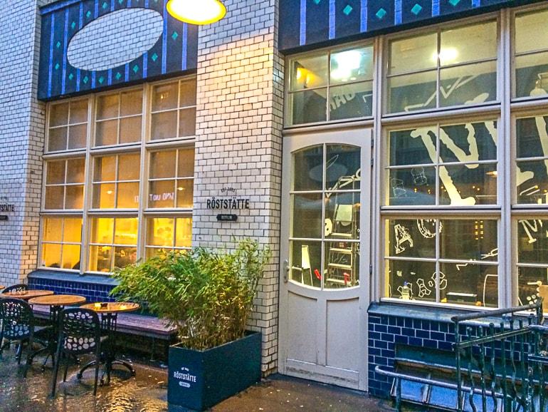 Weiße Fliesen an Cafe in Berlin