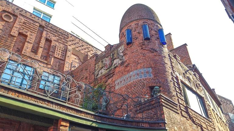 Roter Backsteinturm mit Details in kleiner Gasse Bremen